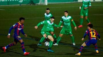 Puja por el balón durante el Cornellà-Barça