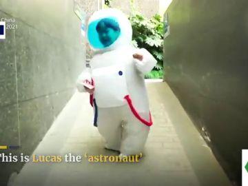 Un traje de astronauta: el 'look' diario de un niño para evitar contagiarse contra el COVID