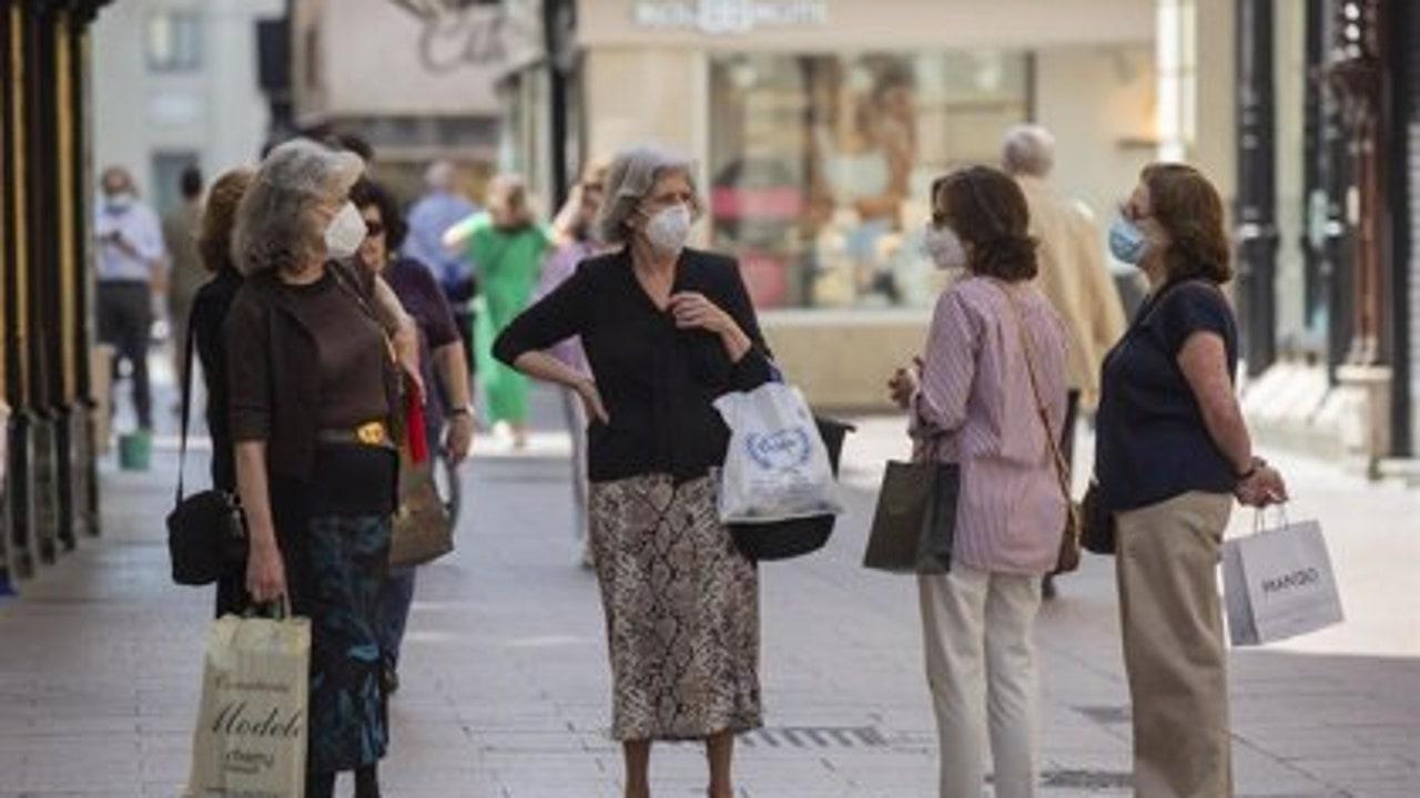 Mujeres con mascarillas en el centro de Sevilla