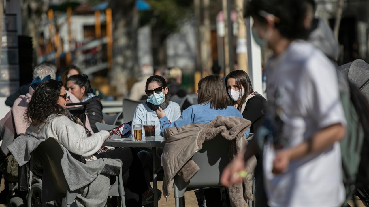 Cuatro personas en la terraza de un bar, el grupo máximo de cuatro personas forma parte del paquete de nuevas restricciones de la Junta de Andalucía