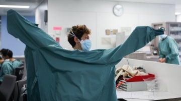 Una profesional sanitaria se prepara