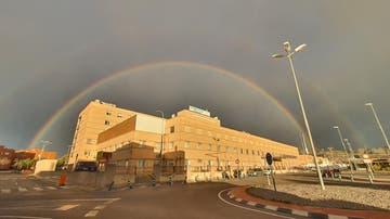 Imagen de un arcoíris doble sobre el Hospital General Universitario de Castellón