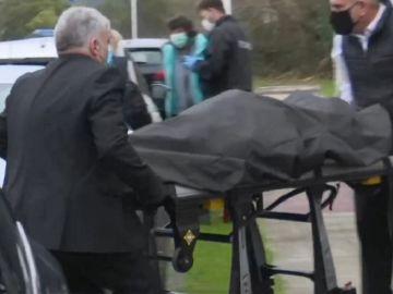 Imagen de los restos óseos encontrados cubiertos en Bizkaia