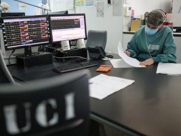 Una profesional sanitaria trabaja en la unidad UCI del Hospital de Sant Pau