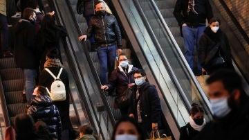 Ciudadanos con mascarilla pasean por Madrid