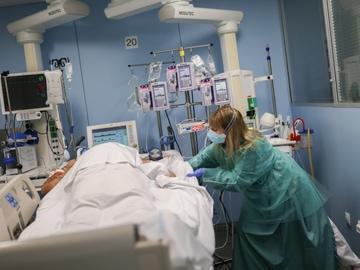 Una sanitaria trabaja en la UCI del Hospital de Sant Pau