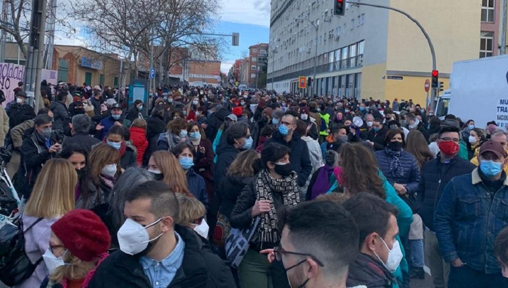 Imagen de una protesta contra la eliminación del mural feminista en Madrid