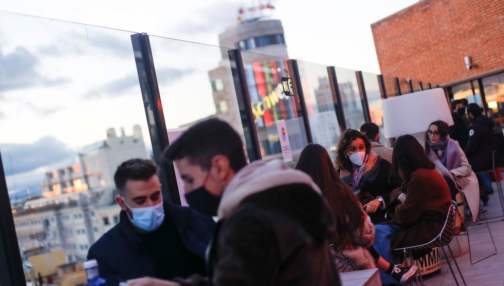 Varias personas consumen en una terraza de Madrid