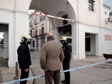 Bomberos de Granada revisan el Arco de Loja tras el terremoto de magnitud 4,4 en Santa Fe