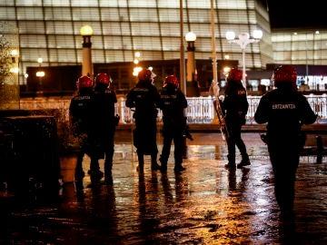 Agentes antidisturbios de la Ertzaintza en la 'zona vieja' de San Sebastián