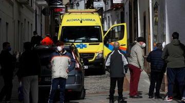 Una ambulancia recoge a un paciente en Ronda