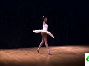 Los espectaculares vídeo de Victoria Bueno, una joven bailarina sin brazos que es capaz de hacer de todo