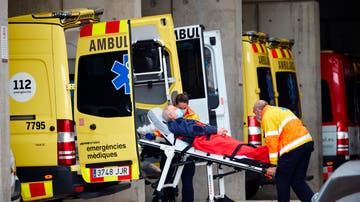 Dos técnicos de emergencias trasladan a un paciente en la zona de urgencias del Hospital Universitario de Bellvitge