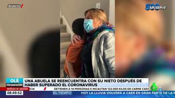 El emotivo reencuentro de un niño y su abuela tras estar separados dos meses por el coronavirus