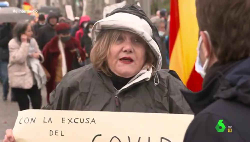 """""""Quieren aniquilar a ancianos y esterilizar jóvenes, dejarlos lelos"""": la férrea defensa de una negacionista de la pandemia"""