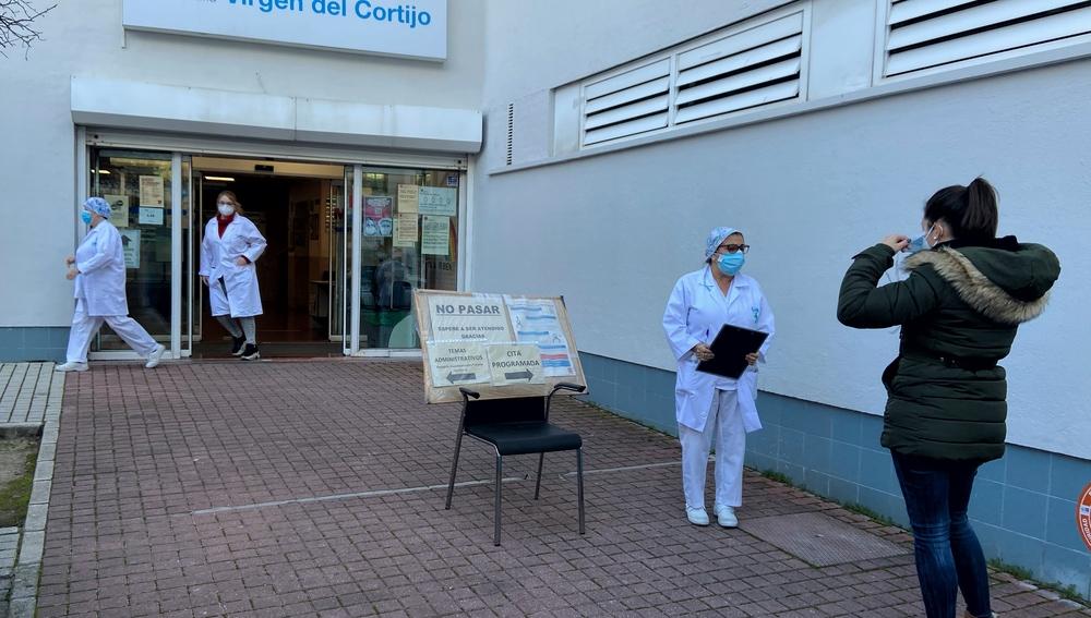 Una mujer espera en la entrada del centro de salud Virgen del Cortijo en el distrito de Hortaleza, en Madrid