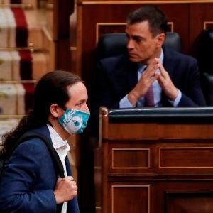 Pablo Iglesias pasa por delante de Pedro Sánchez en el Congreso de los Diputados.