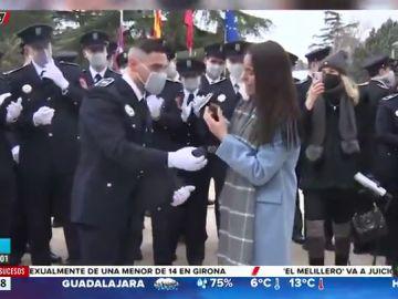 El momento en el que un policía pide matrimonio a su novia en la entrega de nombramientos en Madrid