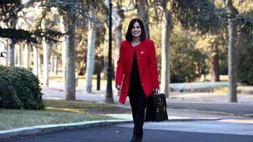Carolina Darias con su cartera ministerial a su llegada a Moncloa.