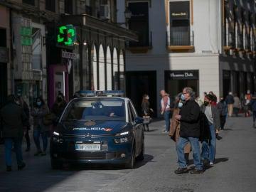 Personas caminando por una calle céntrica