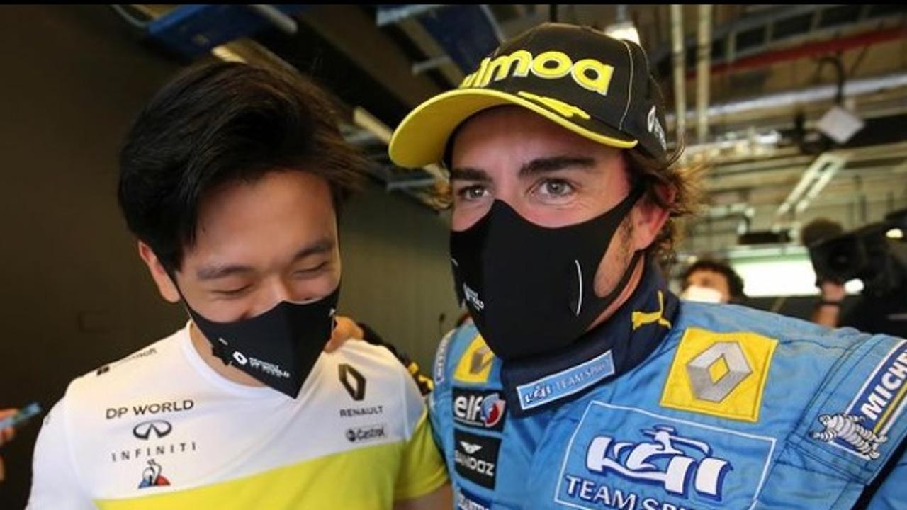 Guanyu Zhou y Fernando Alonso en Abu Dabi