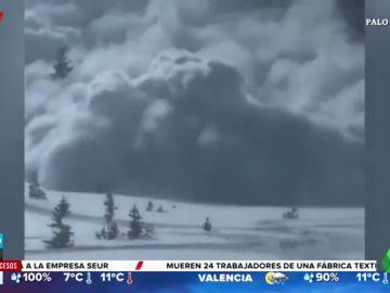 Un gran alud de nieve sorprende a cinco personas y una de ellas acaba atrapada bajo la nieve