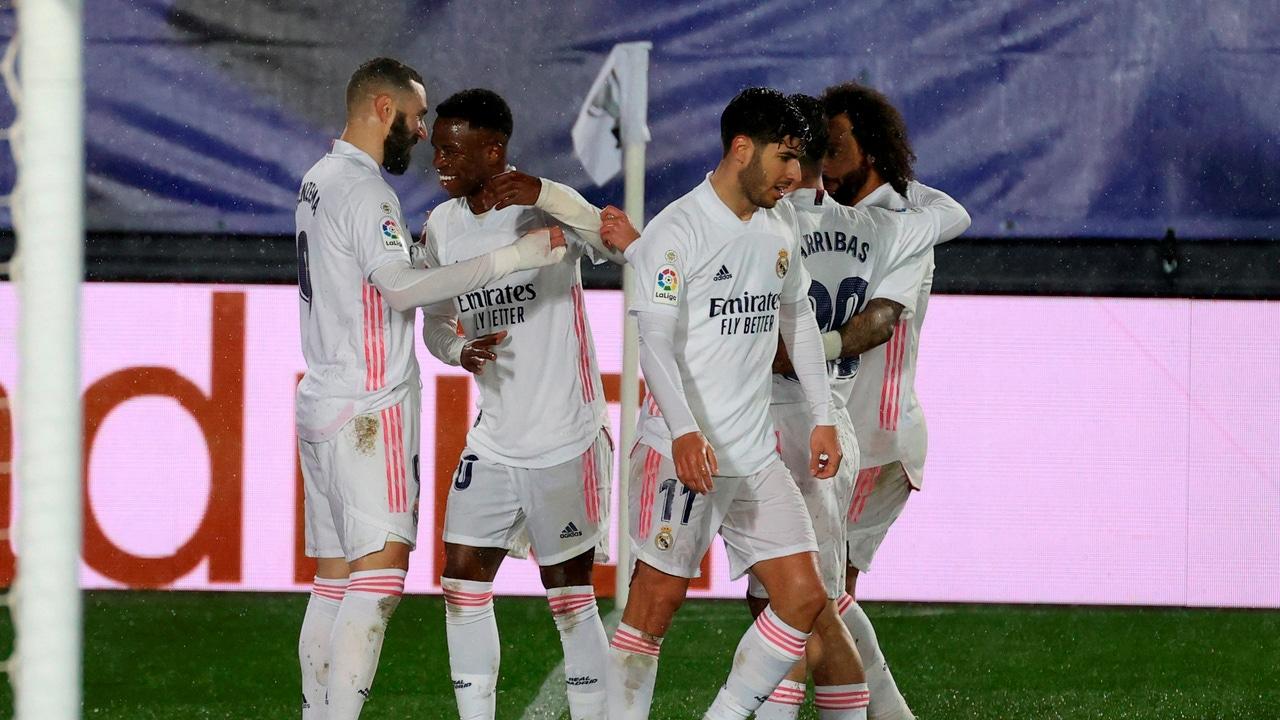 Benzema y Vinicius celebran un gol rodeados de sus compañeros
