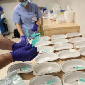 Un trabajador sanitario prepara las dosis de la de Pfizer-BioNTech contra la Covid-19 para suministrarla a un sanitario del Hospital Infanta Sofía de San Sebastián de los Reyes, Madrid