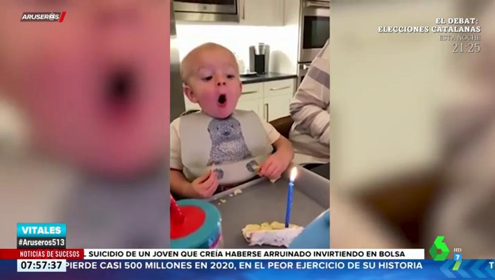 El tierno vídeo de un bebé intentando apagar la vela en su primer cumpleaños