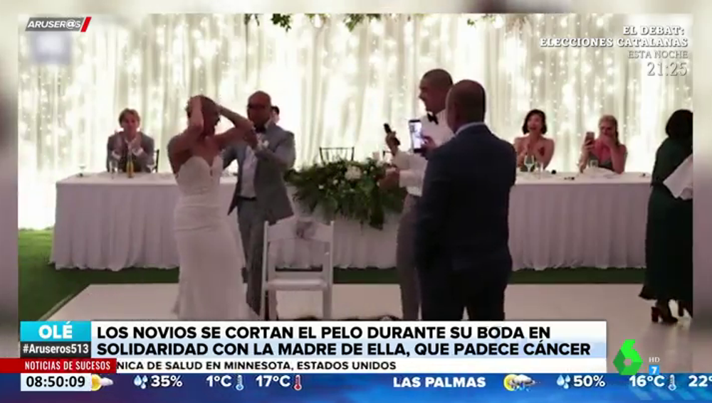 Una pareja se rapa el pelo en su boda en apoyo a la madre de la novia, que padece cáncer