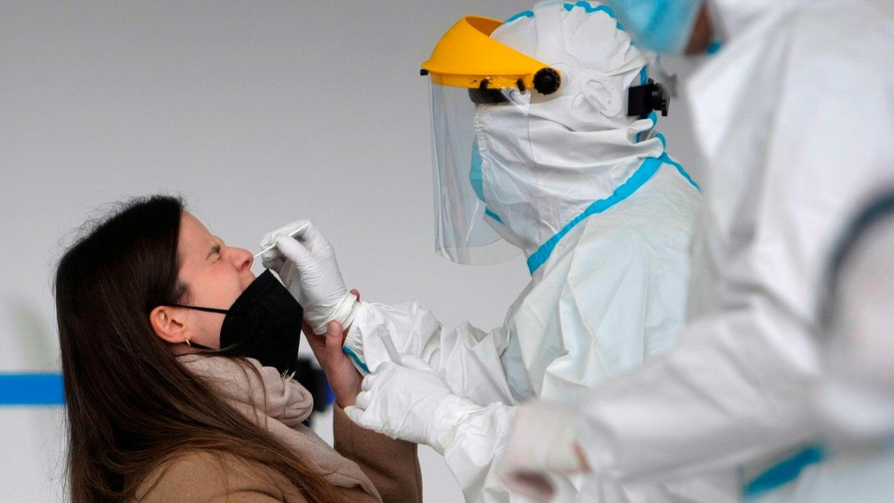 Una ciudadana se somete a la prueba PCR