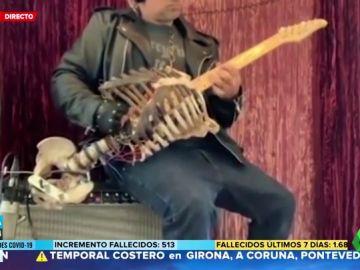 Utiliza el esqueleto de su tío para construir una guitarra para sus conciertos