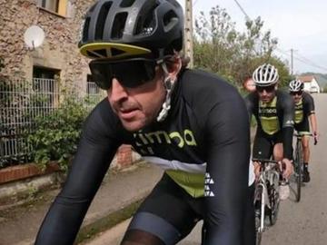 Fernando Alonso entrena en bicicleta