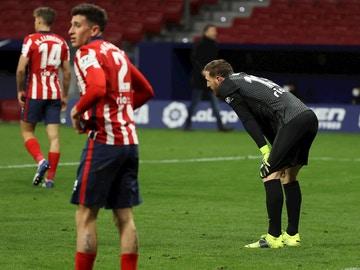 Oblak, Giménez y Llorente, tras recibir un gol