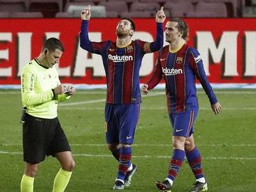 Messi celebra un gol junto a Griezmann