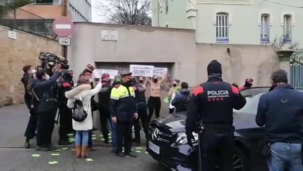 """Activistas de Femen protestan contra Ignacio Garriga (Vox) al grito de """"no es patriotismo, es fascismo"""""""