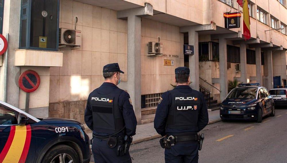 Policías montan guardia a las puertas de la comisaría de Linares
