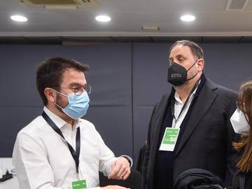 El candidato de ERC a las elecciones de Cataluña, Pere Aragonès, junto con el líder de la formación, Oriol Junqueras.