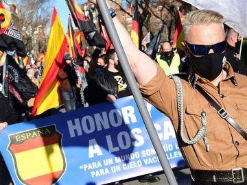 ersonas asisten a una marcha neonazi en homenaje a los caídos de la División Azul