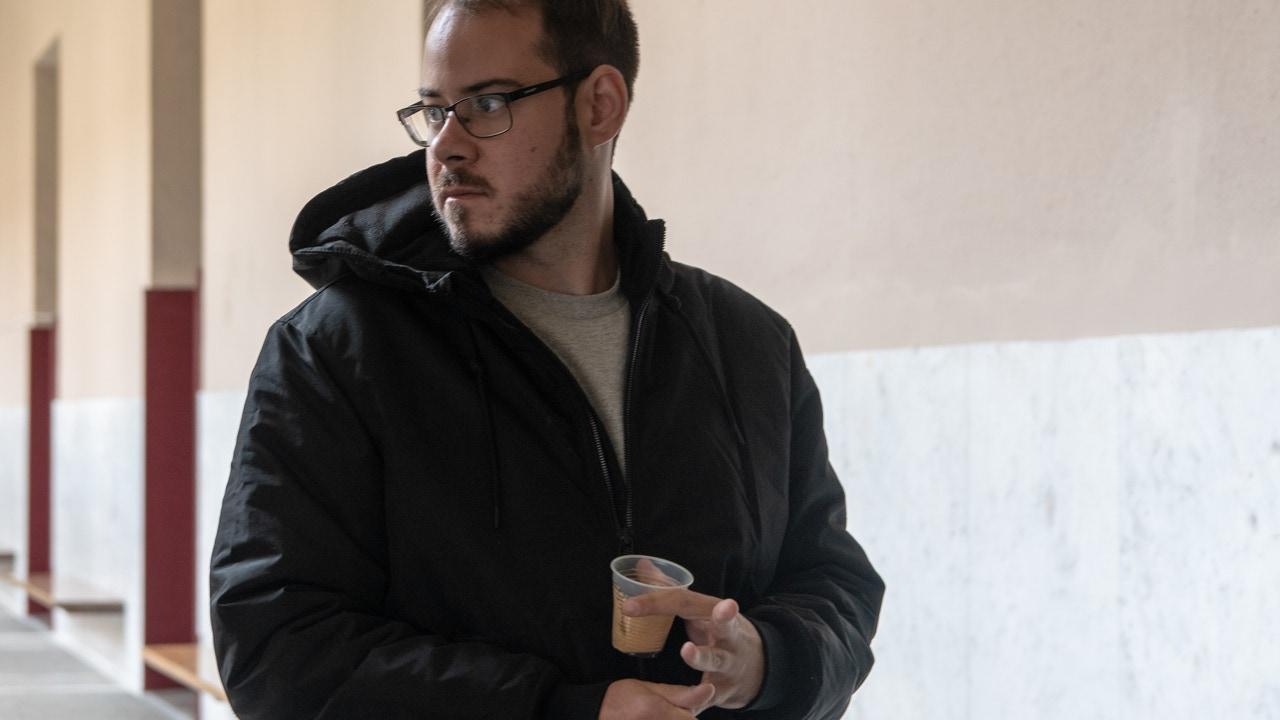 Pablo Hasel con un café en el rectorado de la Universidad de Lleida, en Cataluña