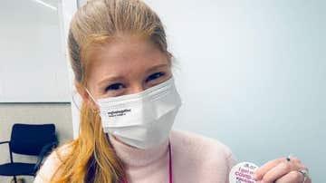 Jennifer Gates, tras recibir la primera dosis de la vacuna contra el coronavirus