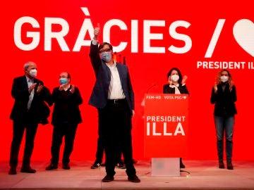 El candidato a la presidencia de la Generalitat por el PSC, Salvador Illa, celebra los resultados electorales hoy domingo en la sede del Partido Socialista en Barcelona.