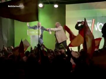 """El momento en el que sacan a Buxadé con un """"collejón"""" tras venirse """"muy arriba"""" en un mitin: """"¡Hay que votar a Vox!"""""""