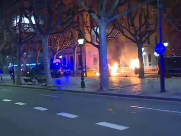 Disturbios en varias protestas en apoyo a Pablo Hasél: queman contenedores y lanzan objetos contra los Mossos