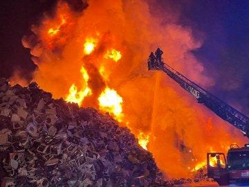 Imágenes del incendio en esta superficie llena de lavadoras en Leganés, Madrid
