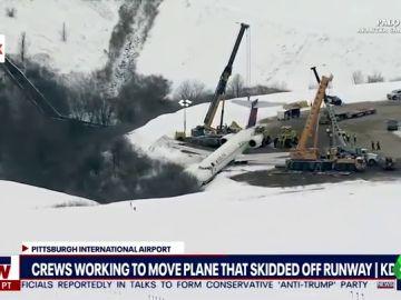 La impactante imagen de un avión al borde del precipicio