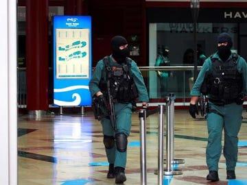 Agentes de la Guardia Civil salen del Centro Comercial Puerta de Europa en Algeciras (Cádiz), en el marco de una operación contra una organización dedicada al tráfico internacional de cocaína