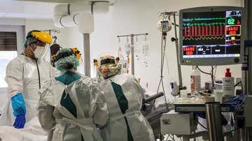 Sanitarios trabajando en una UCI (Archivo)