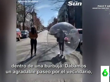 El sorprendente momento en el que la Policía para a un joven que paseaba con su novia dentro de una burbuja de plástico gigante
