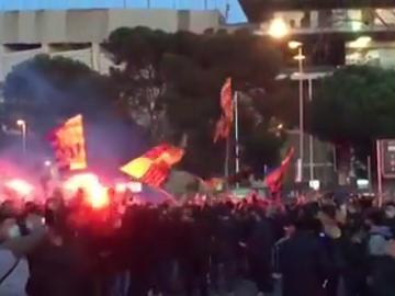 Preocupantes imágenes: cientos de hinchas se aglomeran a las puertas del Camp Nou antes del Barça-PSG